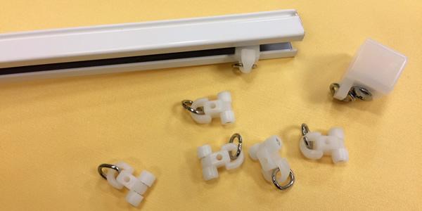 ブラインド カーテンレール 取り付け方法 キャップとランナーを外す