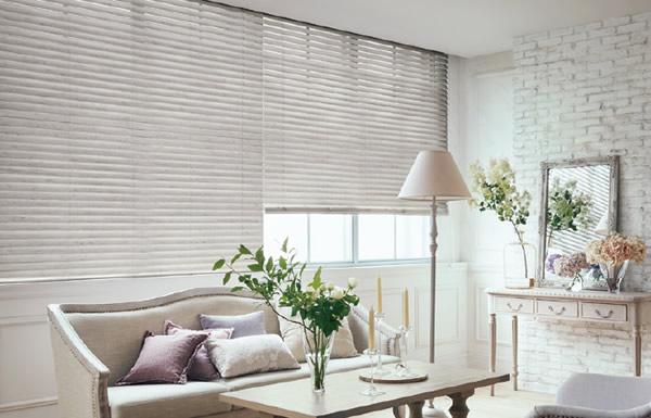 白いブラインド 木製・ウッドブラインド フェミニン インテリアスタイル