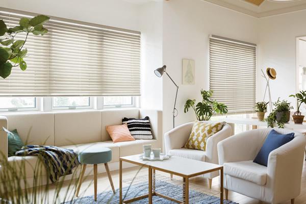 狭い部屋 広く感じさせる インテリアも白くする ブラインド・ロールスクリーンを採用