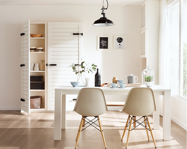 狭い部屋 広く感じさせる 天井・壁・床の色を白にする