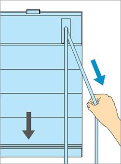 ブラインドを降ろすときは室外側のコードを引き続けます