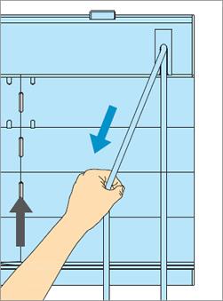 ブラインドを上げるときは室内側のコードを引き続けます